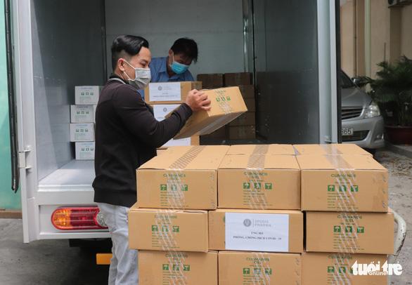 Tặng hơn 5.200 chai sát khuẩn cho ngành y tế TP.HCM và Tây Ninh - Ảnh 1.