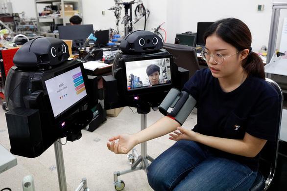 Y tá robot giúp bác sĩ thăm khám bệnh nhân COVID-19 - Ảnh 1.