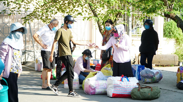Chủ tịch Nguyễn Thành Phong: chấm dứt tình trạng tụ tập tiếp tế cho người cách ly - Ảnh 1.