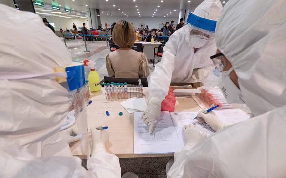 Nguy cơ đội ngũ y tế bị nhiễm chéo COVID-19 - Ảnh 1.