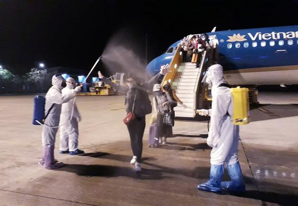 Chuyến bay Vietnam Airlines đưa gần 200 công dân mắc kẹt rời khỏi Philippines - Ảnh 8.