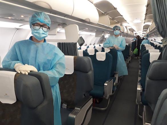 Chuyến bay Vietnam Airlines đưa gần 200 công dân mắc kẹt rời khỏi Philippines - Ảnh 4.