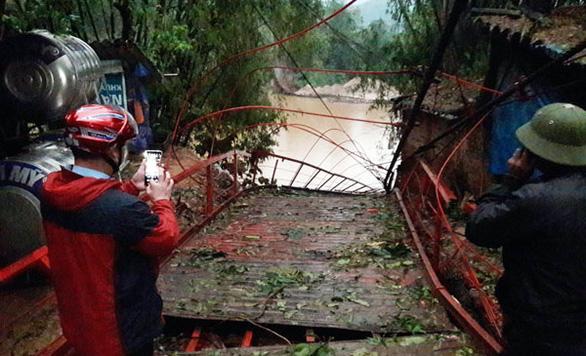 Dông lốc quật đứt cầu treo, mưa đá dày đặc lại xuất hiện ở Lào Cai - Ảnh 1.