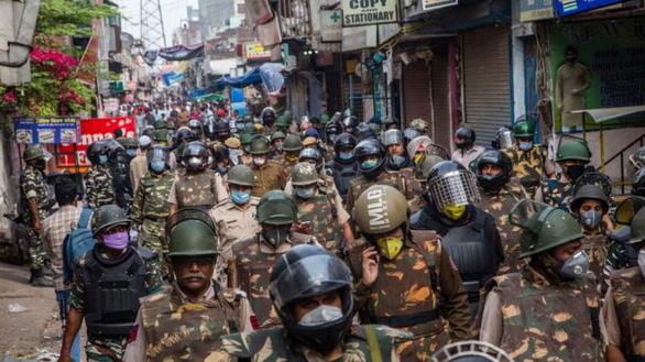 Ấn Độ bước vào ngày phong tỏa toàn quốc đầu tiên để cứu 1,3 tỉ dân trước dịch - Ảnh 2.