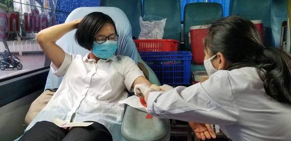 Để lâu hơn nữa sợ lây nhiễm cao, tôi đi hiến máu luôn - Ảnh 4.