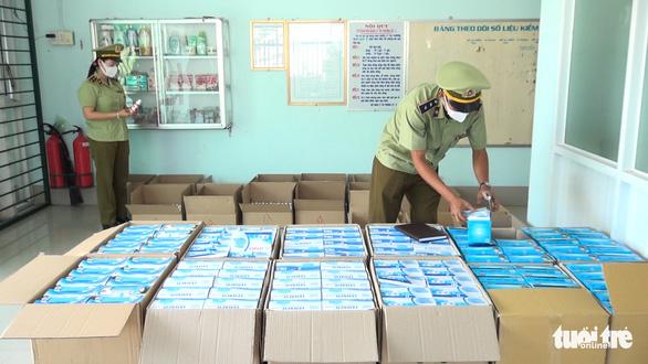 Sẽ phân loại hơn 230.000 khẩu trang bắt được cấp cho lực lượng chống dịch - Ảnh 1.