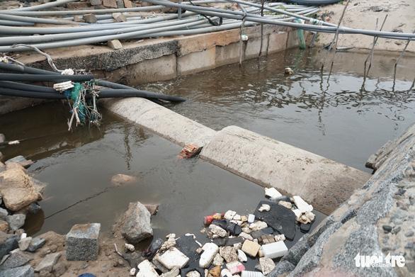Hệ thống xả thải khu nuôi tôm gây ô nhiễm nghiêm trọng - Ảnh 2.