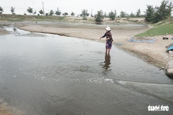 Hệ thống xả thải khu nuôi tôm gây ô nhiễm nghiêm trọng - Ảnh 1.