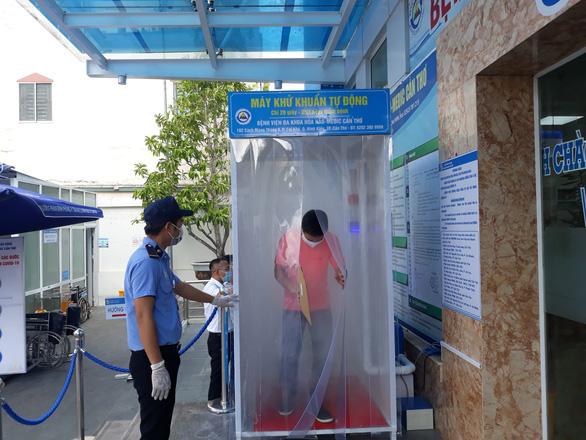 Bệnh viện đầu tiên ở Cần Thơ thử nghiệm buồng khử khuẩn tự động - Ảnh 1.