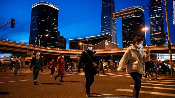 Trung Quốc đang mạo hiểm khi tái khởi động kinh tế giữa dịch? - Ảnh 2.