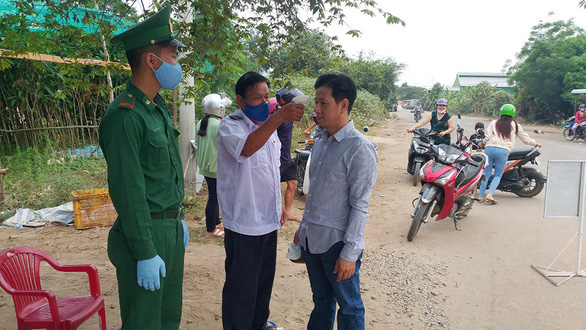 Kiểm soát đường biên giới Tây Nam: Chống mầm bệnh từ người buôn lậu - Ảnh 1.