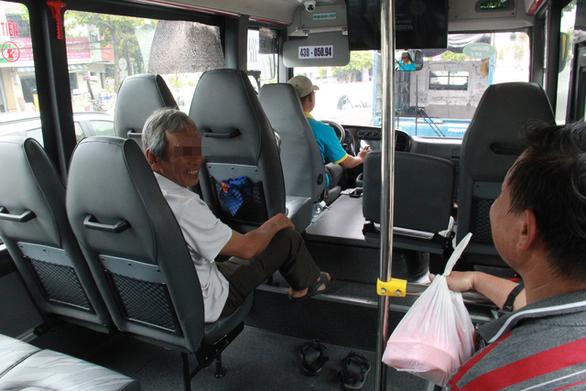 Đình chỉ tài xế xe buýt vì bị phản ảnh đuổi khách do không có tiền lẻ - Ảnh 1.