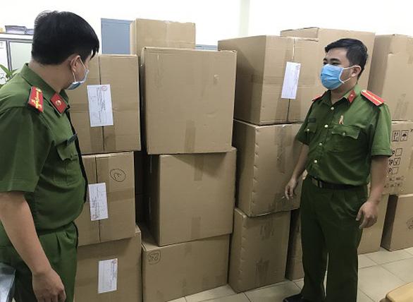 Phát hiện người nước ngoài gom hơn 77.000 khẩu trang y tế ở TP.HCM - Ảnh 1.
