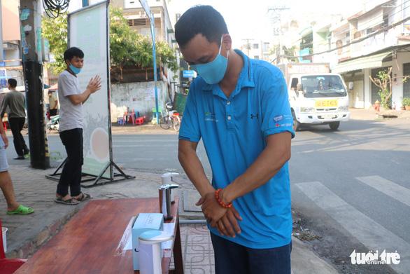 Tự quyên góp tiền làm khu rửa tay cho người lao động - Ảnh 5.