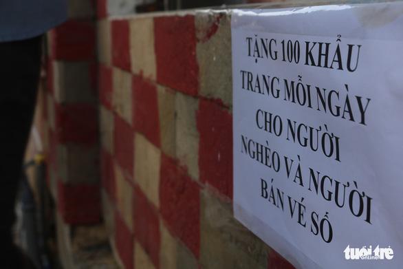 Tự quyên góp tiền làm khu rửa tay cho người lao động - Ảnh 2.