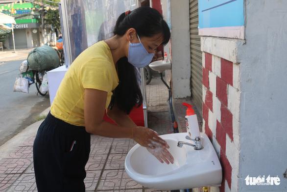 Tự quyên góp tiền làm khu rửa tay cho người lao động - Ảnh 1.