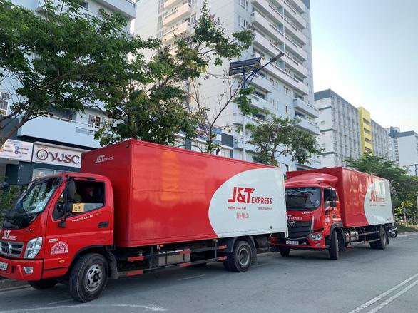 J&T Express tặng hơn 11.000 thùng carton cho khu cách ly Ký túc xá ĐHQG - Ảnh 1.