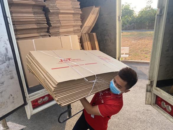 J&T Express tặng hơn 11.000 thùng carton cho khu cách ly Ký túc xá ĐHQG - Ảnh 2.