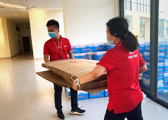 J&T Express tặng hơn 11.000 thùng carton cho khu cách ly Ký túc xá ĐHQG - Ảnh 4.