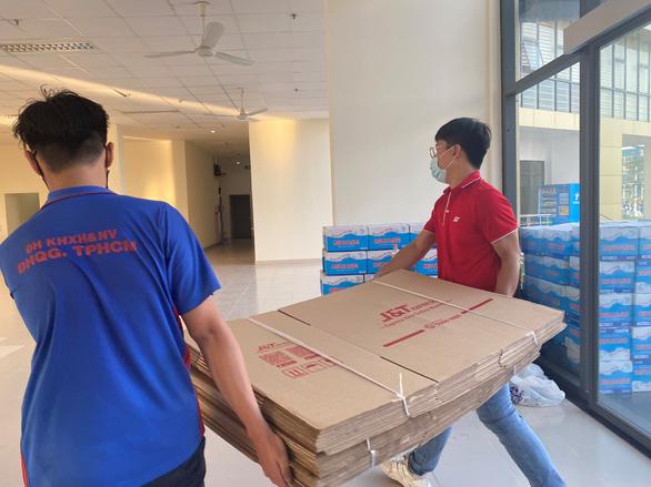 J&T Express tặng hơn 11.000 thùng carton cho khu cách ly Ký túc xá ĐHQG - Ảnh 6.