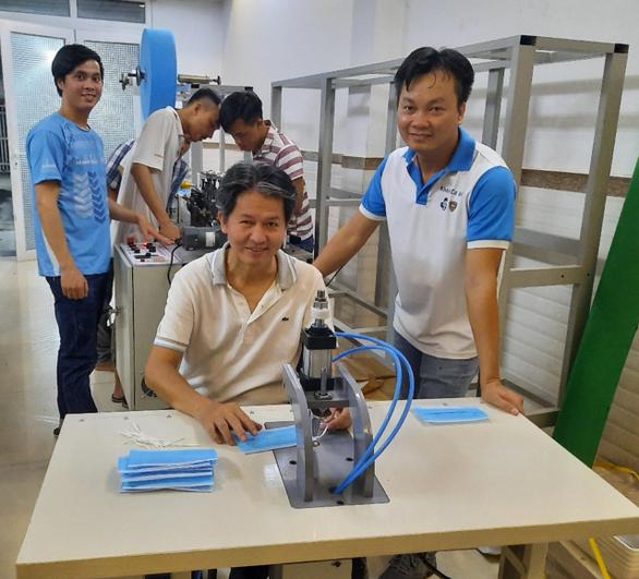 Giảng viên ĐH Bách khoa TP.HCM chế tạo máy sản xuất khẩu trang y tế - Ảnh 1.