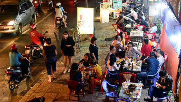Nhà hàng, quán ăn... không tiếp quá 30 người cùng lúc mùa dịch - Ảnh 1.