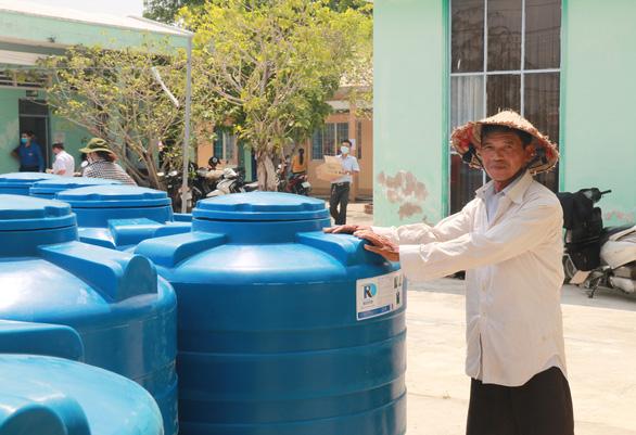 Tặng bồn chứa 1.000 lít cho người nghèo vùng hạn mặn ĐBSCL - Ảnh 1.