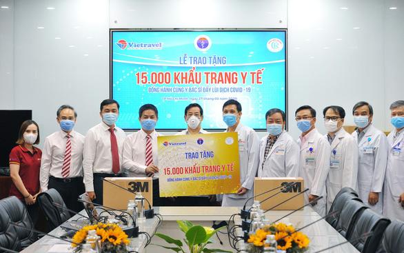 Vietravel tặng 15.000 khẩu trang y tế cho Bộ Y tế - Ảnh 1.