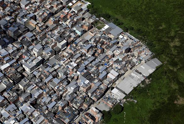Xã hội đen Brazil tự ra giờ giới nghiêm để phòng COVID-19, ai vi phạm sẽ trừng phạt - Ảnh 1.