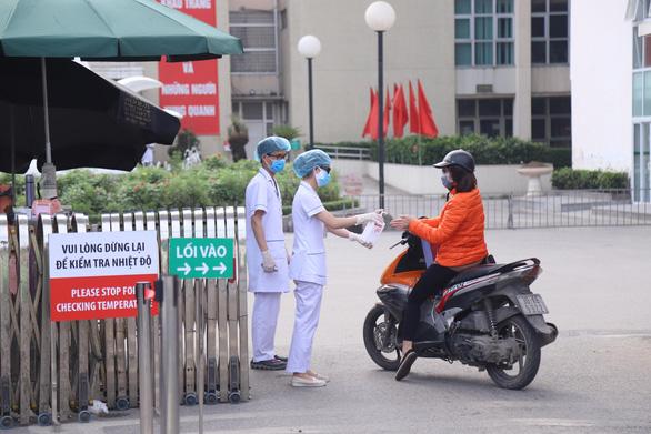 Khuyến cáo 14.000 người từng khám tại Bệnh viện Bạch Mai tự cách ly - Ảnh 1.