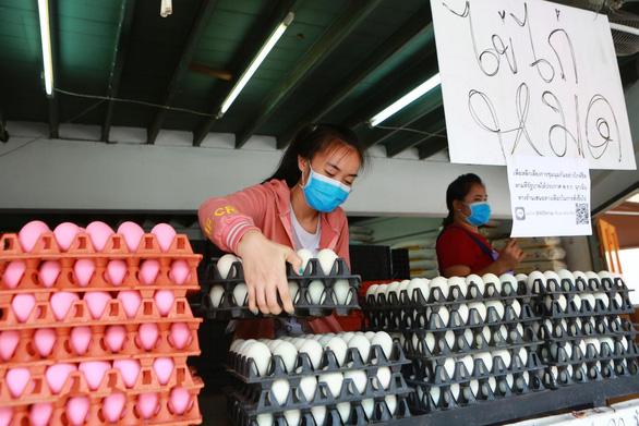 Sợ dịch COVID-19, dân Thái đi gom trữ trứng gà - Ảnh 1.