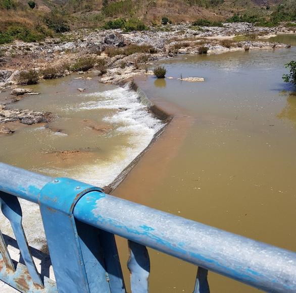 VSH chung tay hỗ trợ người dân địa phương tích nước hồ chứa - Ảnh 1.