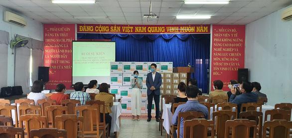 Hội Hàn Kiều tặng kính bảo hộ, nước rửa tay cho trung tâm y tế quận 7, quận 2 - Ảnh 1.