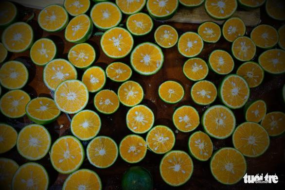 Tour nước cam tươi tiếp sức các y bác sĩ tuyến đầu chống dịch - Ảnh 2.