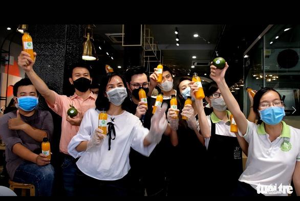 Tour nước cam tươi tiếp sức các y bác sĩ tuyến đầu chống dịch - Ảnh 7.