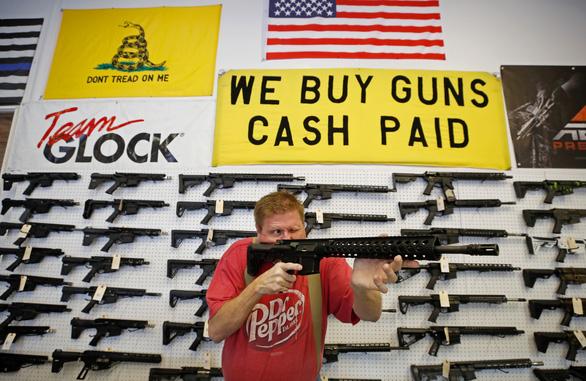 Bao cao su cháy hàng ở Nga, súng đạn đắt như tôm tươi ở Mỹ - Ảnh 2.