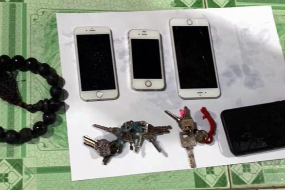 Tìm thấy tang vật nghi phạm vứt sau khi giết 2 người trong chùa Quảng Ân - Ảnh 1.