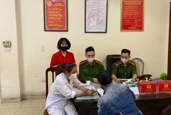Trường hợp đầu tiên ở Hà Nội không đeo khẩu trang bị phạt 200.000 đồng - Ảnh 1.