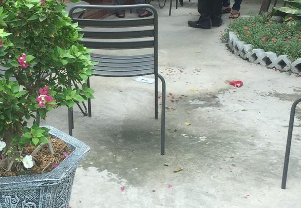 Một người đàn ông xông vào quán cà phê nổ nhiều phát súng, ít nhất 1 người trúng đạn - Ảnh 3.