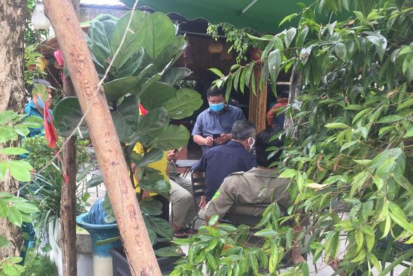 Một người đàn ông xông vào quán cà phê nổ nhiều phát súng, ít nhất 1 người trúng đạn - Ảnh 1.