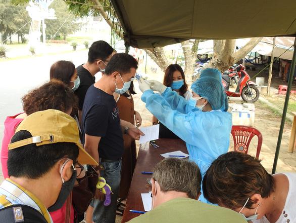 Phòng dịch COVID-19: Đà Nẵng cấm tắm biển tại các bãi tắm công cộng - Ảnh 2.