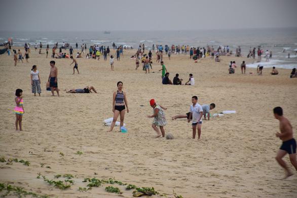 Quảng Nam: Bất chấp khuyến cáo, người dân vẫn đổ về bãi biển Tam Thanh - Ảnh 1.