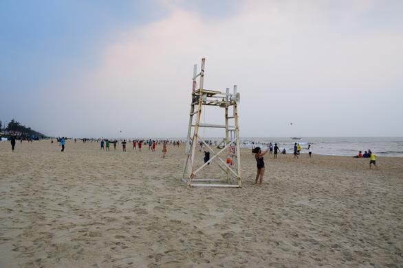 Quảng Nam: Bất chấp khuyến cáo, người dân vẫn đổ về bãi biển Tam Thanh - Ảnh 2.