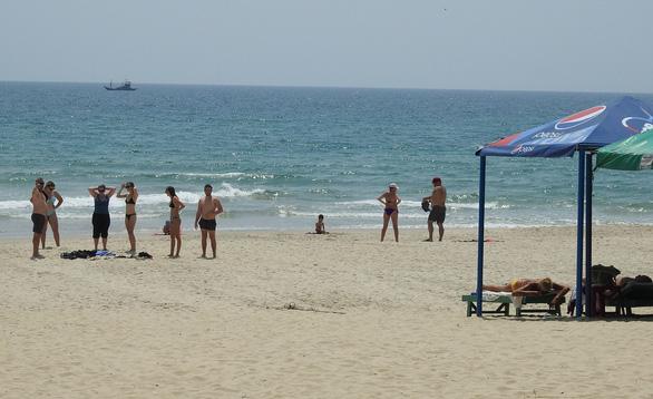 Phòng dịch COVID-19: Đà Nẵng cấm tắm biển tại các bãi tắm công cộng - Ảnh 1.
