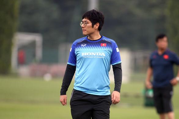 Trợ lý ngôn ngữ Hàn - Anh của ông Park xin nghỉ - Ảnh 1.