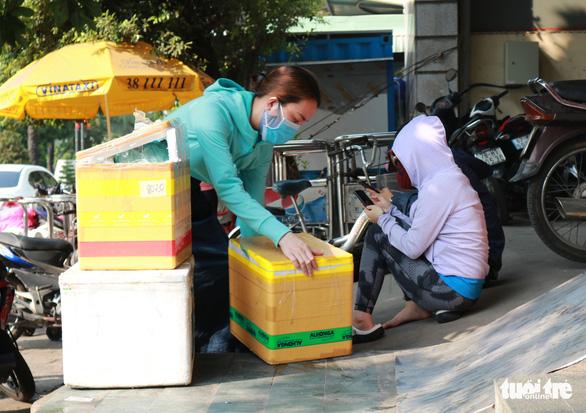 TP.HCM: Đổ xô nhận tiếp tế từ gia đình trong ngày đầu hạn chế đi lại - Ảnh 6.