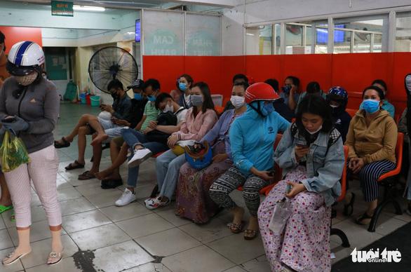 TP.HCM: Đổ xô nhận tiếp tế từ gia đình trong ngày đầu hạn chế đi lại - Ảnh 4.