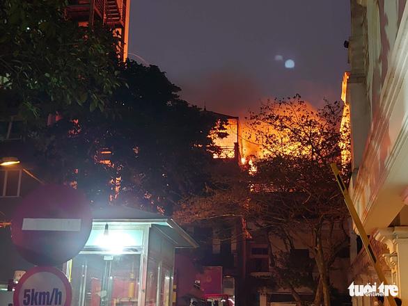 Cháy nhà ở Hà Nội, người dân chạy ùa ra coi dù được yêu cầu giải tán - Ảnh 3.