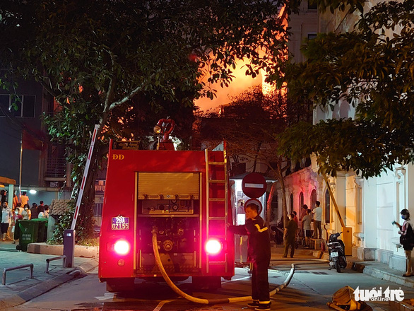 Cháy nhà ở Hà Nội, người dân chạy ùa ra coi dù được yêu cầu giải tán - Ảnh 2.