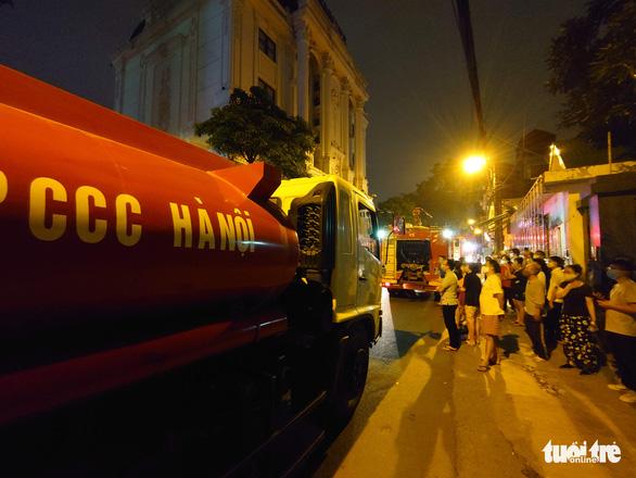 Cháy nhà ở Hà Nội, người dân chạy ùa ra coi dù được yêu cầu giải tán - Ảnh 5.